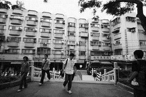 ←臨近校園的大學城,套、雅房林立,學生選擇在此租屋而居者不少。