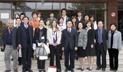 早稻田大學遠距教學課程師生蒞校觀摩,並與國際事務副校長戴萬欽(右五)等人於驚聲大樓前合影。