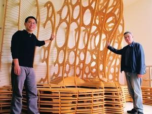 建築系副教授陳珍誠(右)、土木系建築組博四陳宏銘 (左)與Form-Z全球聯合學習計畫數位製造類首獎作品「樓梯間的休憩裝置」合影。(圖�劉瀚之)