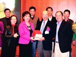 校長張家宜(前排左二)代表贈送禮物給本學期退休的前校長趙榮耀(前排左三),感謝他為淡江的付出,並與前來為趙榮耀歡送的資訊系教師合影。(攝影�劉瀚之)