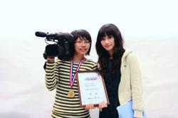 資傳四古婉慧(右)、大傳四朱青菁(左),奪得第三屆TVBS大學新聞獎冠軍(攝影�王家宜)。