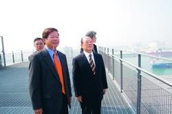 創辦人張建邦(左二)在校友總會會長陳慶男(左一)的陪伴下,前往慶富集團營運總部頂樓,參觀綠建築設備及眺望遠景。(攝影�馮文星)