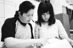 體育室教授楊繼美(左)和同學討論課程。(攝影�王文彥)