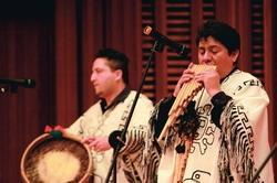 玻利維亞安地斯樂團團員身穿傳統服飾,專注演奏(攝影�王家宜)。