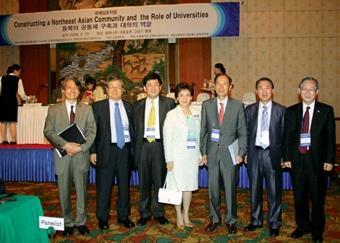 校長張家宜(右4)與部份出席NAFUP大會的各國校長合影於大會會場,右3為慶南大學朴在圭校長。(圖/校長室提供)