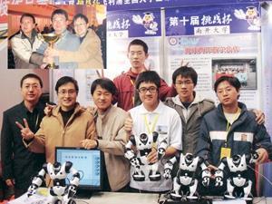 左上圖為本校資管系主任蕭瑞祥(中)及南開大學教授刑樹松(左)、謝茂強(右),開心地與獎盃合影。上圖為本校與南開大學合作開發的表情機器人,十分可愛。(照片�資管系提供)