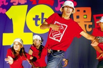 熱舞社十年有成成果展,邀請福臨門等舞團來校表演。(圖/記者陳振堂)