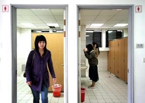 【記者陳怡臻淡水校園報導】商管大樓5、6、7層,接近電梯的男廁,全面改設成女廁,於11月12日施工完成並啟用。總務處表示,另一部分的空間美化,如增設梳妝檯,預計將安排於寒假期間動工,使女性如廁不再大排長龍。