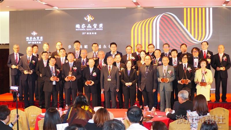 張董事長獲國家品質獎肯定 蔡總統親頒卓越經營獎