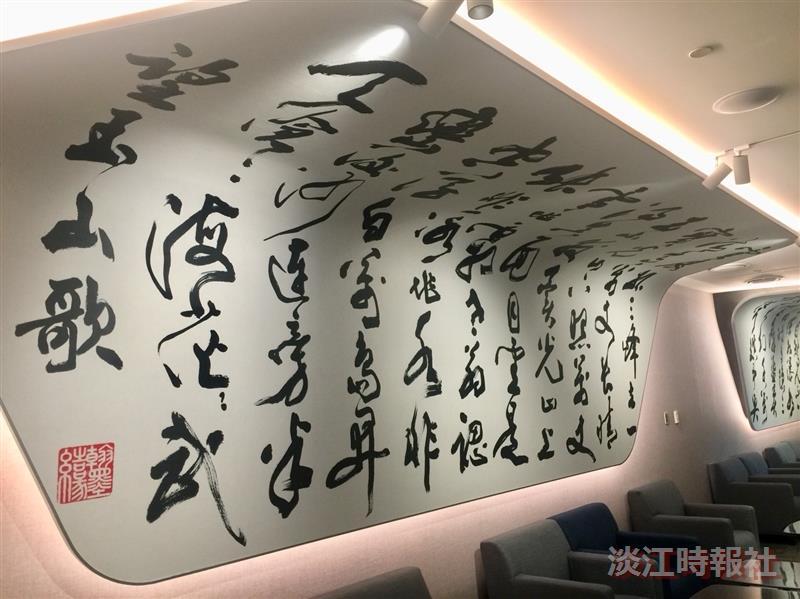張炳煌受華航邀請揮毫清朝詩人章甫〈望玉山歌〉書法牆