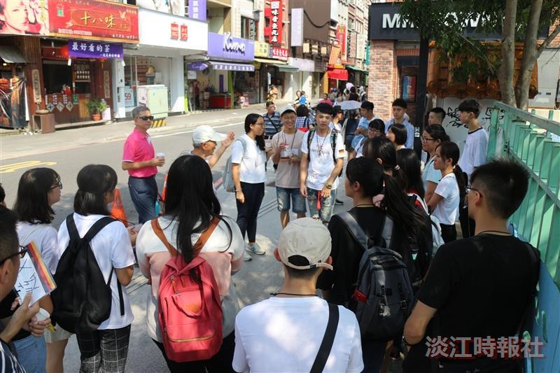 德文系新生聆聽導覽員介紹老街歷史。