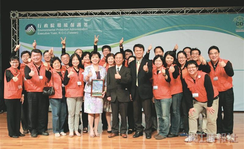 給淡江一個讚--張校長率隊領企業環保獎