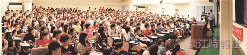 微軟總經理龔書哲以「年輕有微,提升軟實力」演講,現場吸引近4百名學生擠滿會場,(圖/產經三黃予賢提供)