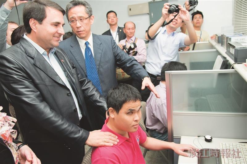 巴拉圭總統伉儷蒞校訪盲資中心