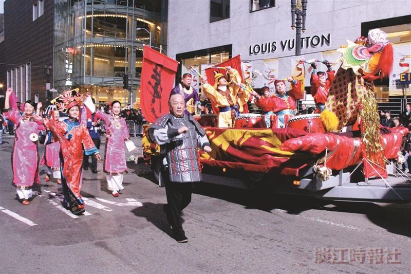 北加州校友會受邀參加灣區的「龍年花車大巡遊」活動,以龍船舶造型和傳統服飾造型,因應本次遊行的主題。(圖/北加州校友會提供)