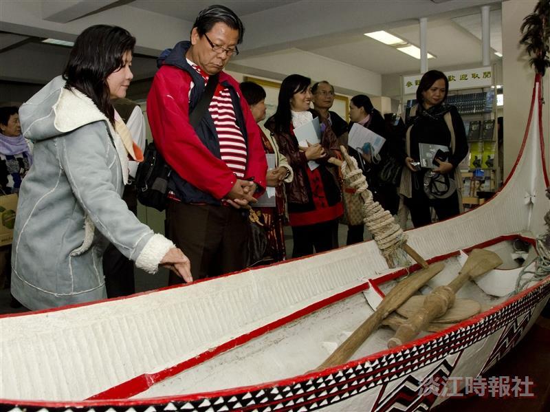 參訪貴賓在參訪海事博物館時,對於蘭嶼拼板船十分感興趣。(攝影/羅廣群)