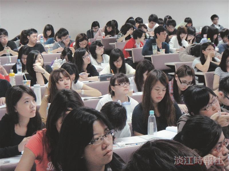 林慶隆以「公司治理、企業倫理與企業社會責任」為題演講,現場座無虛席,精彩的內容,讓學生均專注聆聽,勤做筆記。