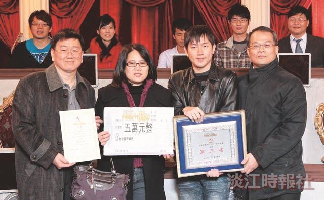 過關斬將的楊尊堯,決賽頒獎當天父母(左一、左二)特地到場支持。他在萬寶投顧黃清照(右一)指導下,收穫良多。