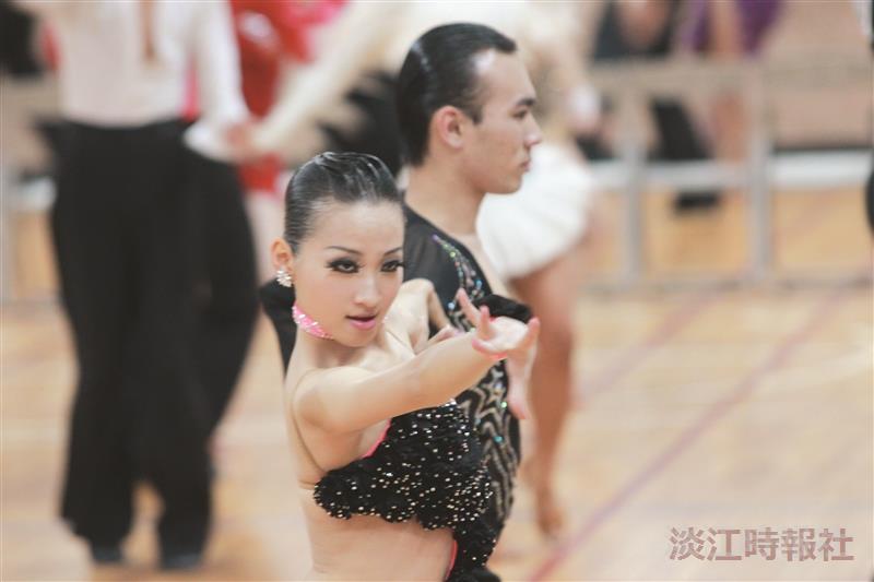 國標社主辦標準舞競賽,舞者舞力全開,展現國標之美。(攝影/李鎮亞)