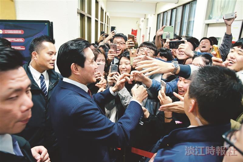 馬英九民主宮燈開講高人氣 學生搶握手
