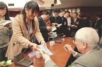 本校資訊工程學系於5日舉辦「2011海峽兩岸資訊科學與資訊技術學術交流會議暨亞太大學資訊教育數位學習發展研討會」,邀請到中央研究院院士劉炯朗(左上)、美國匹茲堡大學電腦科學系教授張系國(左下)等,就資訊領域發表專題演講,吸引上百人次到場聆聽。