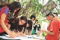 春暉社於 日在大學城舉行反菸連 署,獲得同學支持。︵攝影/羅廣群︶