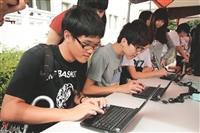 活動現場備有電腦,同學在活動結束後踴躍投票,支持玉山。(攝影/林奕宏)