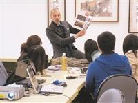 姊妹校加州大學沙加緬度分校的Paulo Pinto於13日到蘭陽校園,解說到該校留學情形。(圖/蘭陽校園提供)