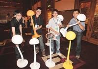 (左起)北藝大藝術系周士斌和蔡奇宏、本校資工博四李明憲、資工博六李俊志合影。(圖/資工系提供)