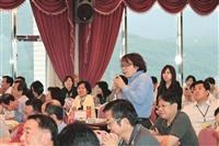 英文系系主任蔡振興在綜合座談中,豐富的肢體語言,讓大家莞爾一笑。