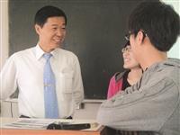 講座後,學生趨前向林慶隆(左一)請教審計工作相關問題,討論氣氛愉快。