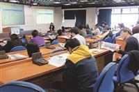 遠距組舉辦「數位學習優良教材與推廣經驗分享暨期中成果發表會」中,校內外參與北區跨校數位學習學程的教職員出席參與。(圖片/遠距組提供)