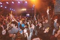 由商管12系聯合舉辦的「夜淡月瘋狂」,15日在活動中心瘋整夜!現場擠進千人,一睹藝人風采!現場有飲品提供學生「暢飲無限」,讓學生直呼,「太high了!」(文/歐書函)