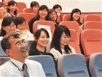 在IFRS的研習會中,會計系系友均融入課程中,歡笑聲不絕於耳。(圖/會計系提供)