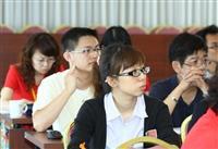 新進職員聚精會神聆聽各項業務報告。(攝影/鄭雅文)