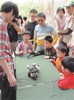 成人教育部應臺北市政府教育局之邀,於4日兒童節在臺北市立動物園,參加「2012臺北兒童月系列活動-童來瘋闖關遊戲活動」。(文、攝影/李鎮亞)