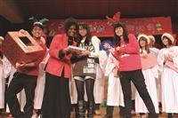 由讚美社、校園團契、學園團契共同邀請的「天韻合唱團」於    日晚間開唱,同學們擠爆文錙音樂廳,節目安排美國黑人爵士歌手黑珍珠帶來溫暖人心的表演。(文/李又如、攝影/劉代揚)