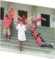 行動化學館第26站中正高中,化學四朱耿慶與志工們擺出「IYC」字樣。