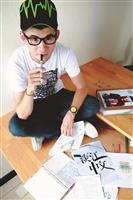 校園話題人物-  筆記達人郭庭宇把自己對設計的興趣應用在筆記與作品設計上,展現獨特的創作風格。(攝影/陳頤華)