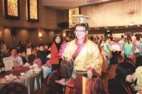 開場時,主持人之一的企管碩專一陳明裕,以皇帝裝扮,騎竹馬入場,引起眾人目光。 (攝影/李鎮亞)