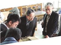 本校理學院院長王伯昌(右一)、國科會自然處處長廖文峰(右二),一同觀看學生實驗作品。
