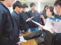 經濟系系主任莊希豐(右二)於金門中學招生說明會後,回答學生的提問。(圖/商學院提供)