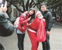 劉茂祥化身聖誕老人送愛心糖