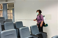清潔人員在傳播館進行消毒作業