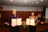 由校長張家宜(右)代表與哈薩克歐亞國立大學副校長Assemgul Moldazhanova進行合作意向書約本交換。(攝影/何瑋健)