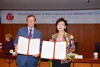 校長張家宜(右)代表,與美國佛羅里達理工學院校長T. Dwayne McCay 簽署雙學位合作備忘錄。(攝影/盧逸峰)