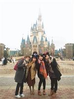 日文四莊薏玄(右二)前往日本留學時,利用課餘時間和朋友一同出遊。(圖/莊薏玄提供)
