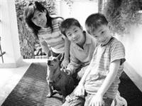 諮輔組組長胡延薇平時為人心理諮商、紓解壓力,自己也有一套放鬆身心的好方法。圖為胡延薇出國旅遊休閒,並與友人的小孩及寵物互動。(圖�胡延薇提供)