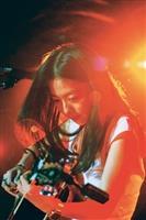 藝人陳綺貞彈吉他壓軸演唱,為演唱會掀起高潮。