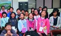 4至6年級小朋友,參觀淡江時報,在歡笑中學習。(圖�曾煥元)